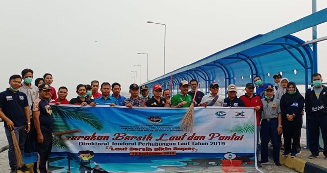 Kantor Kesyahbandaran Dan Otoritas Pelabuhan (KSOP) kelas IV kualatungkal mengelar Bersih laut dan Pantai di wilayah pantai Tanjab Barat Kamis (12/9) siang.