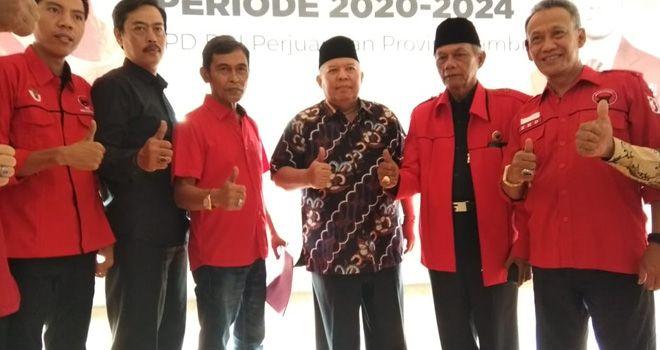 Bupati Tanjabbar Safrial resmi mendaftarkan diri dalam penjaringan yang dilakukan DPD PDIP Provinsi Jambi yang berlokasi di Jalan H Kamil, Kelurahan Pasir Putih, Jambi Selatan.
