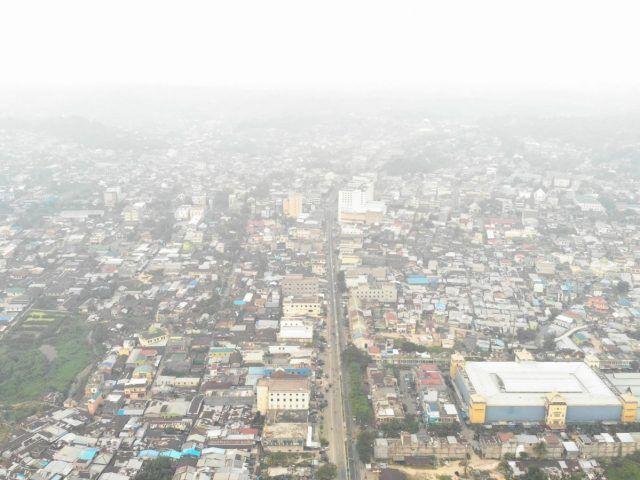 SEMAKIN PARAH: Kabut asap semakin parah di Kota Tarakan mengakibatkan sejumlah penerbangan tertunda, kemarin (14/9).