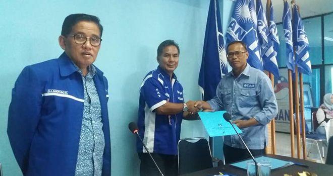 Sekretaris DPD PAN Kota Jambi, Widodo (kanan menyerahkan berkas penjaringan calon kada kepada DPW PAN Provinsi Jambi.