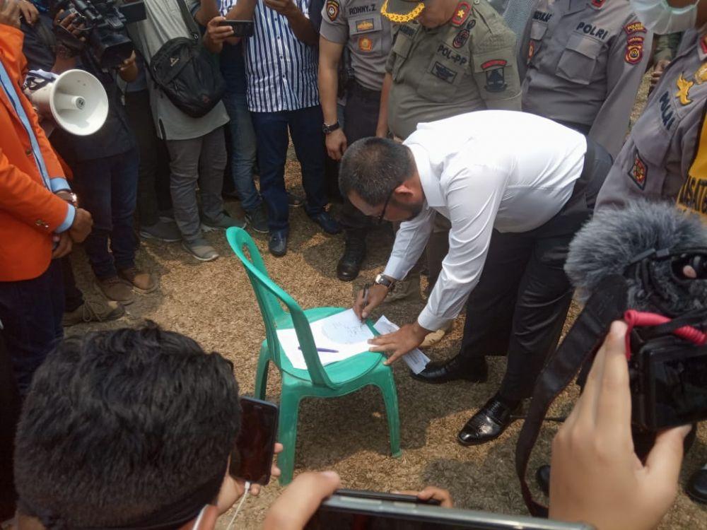 Massa Aliansi Peduli Karhutla dan Kabut Asap (APKKA) memaksa perwakilan Pemprov Jambi menandatangi kesepakatan percepatan penanganan Karhutla.