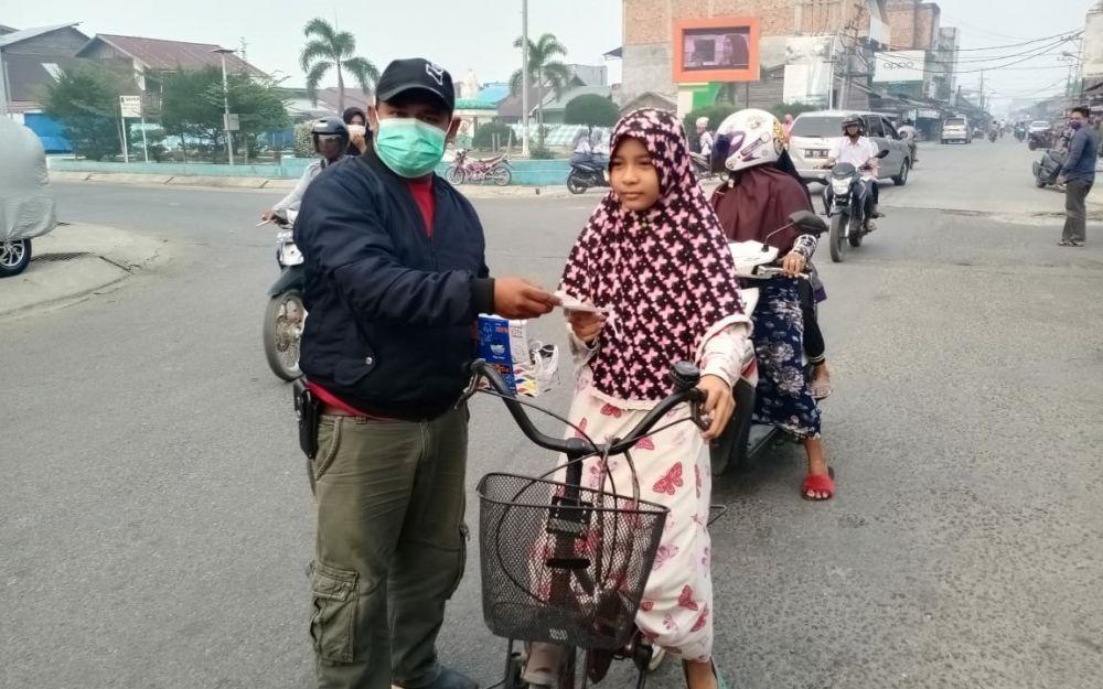 Relawan Rendra Anggota DPRD Provinsi Bagi Bagi 2000 Masker.
