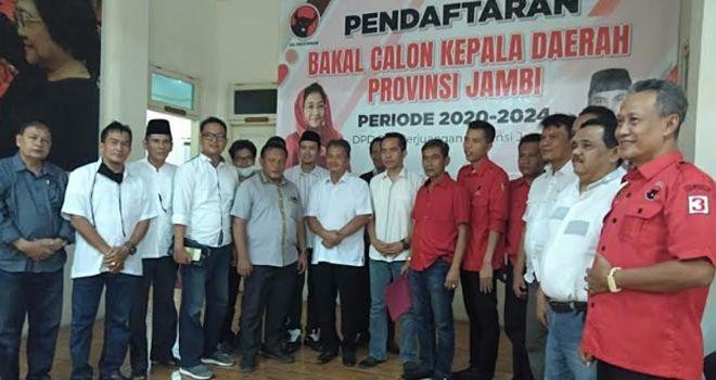 Bupati Al Haris menyerahkan formulir penjaringan partai berlambang banteng, Jumat (20/9).