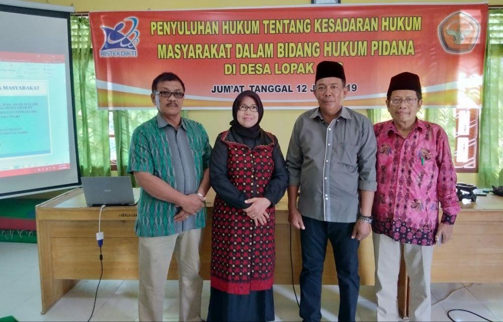Kepala Desa Lopak Aur Bpk Abdurroni bersama Tim Penyuluhan Hukum dari Program Magister Ilmu Hukum Unja.