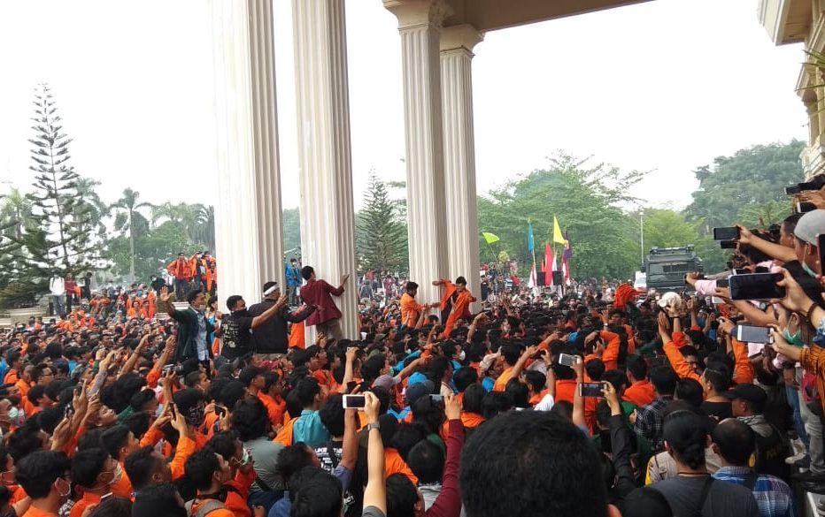 Aksi unjuk rasa ribuan mahasiswa yang tergabung dalam Aliansi Jambi Bergerak di gedung DPRD Provinsi Jambi, Selasa (24/9).