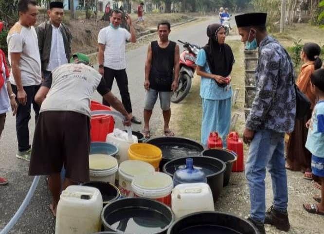 Warga Sarolangun mengantri untuk mendapatkan air bersih.