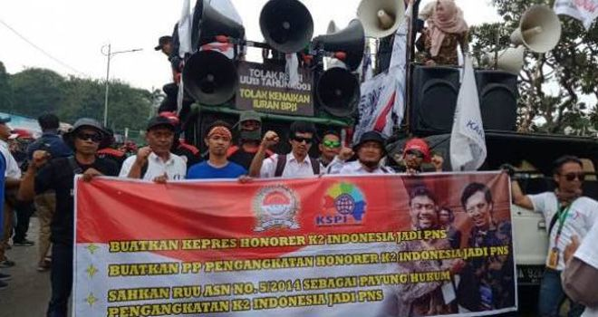 Sebagian massa honorer K2 yang ikut demo buruh 2 Oktober 2019 di depan DPR RI.