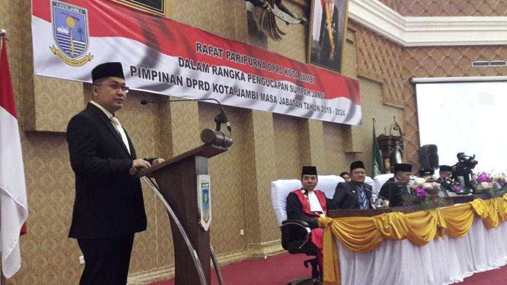 Ketua DPRD Kota Jambi Putra Abshor Hasibuan meberikan kata sambutan usai dilantik di DPRD Kota Jambi Kamis (3/10).