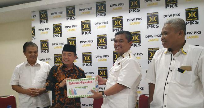Kedatangan Haris disambut Ketua DPW PKS Rudi Wijaya dan Sekretaris Supriyanto.