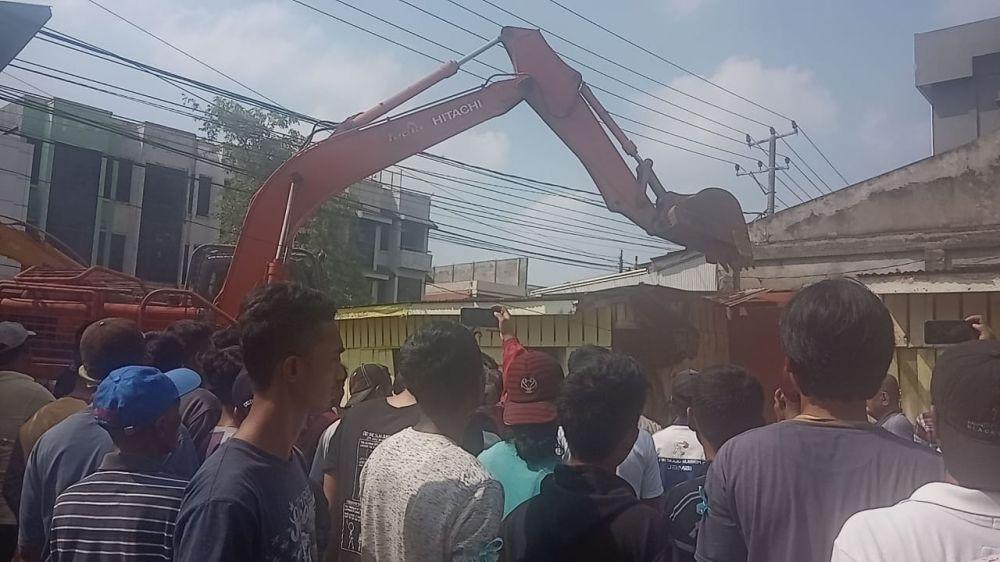 Eksekusi lahan hunian ditengah kota, tepatnya didepan kantor samsat Memanas, pasalnya pemilik bangunan enggan bangunannya di robohkan oleh alat berat Selasa (8/10).
