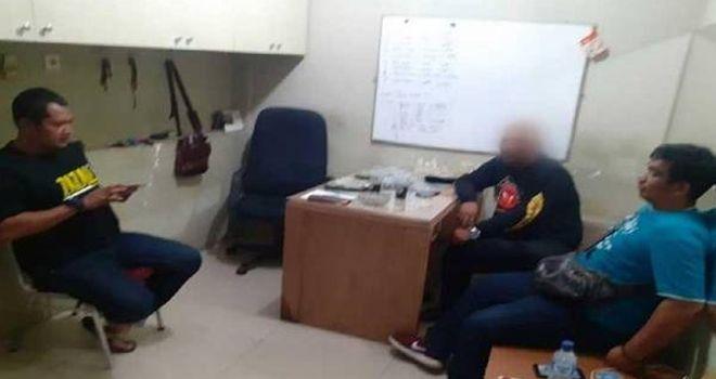 Alex (tengah), ditangkap polisi karena diduga mencabuli dua bocah SMP.