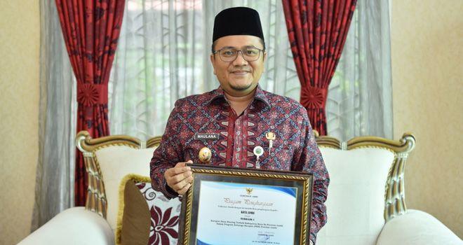 Wakil Walikota Jambi menerima penghargaan program keluarga harapan pada acara Rapat Koordinasi Penanggulangan Kemiskinan Provinsi Jambi di Aula Bappeda Provinsi Jambi, (10/10).