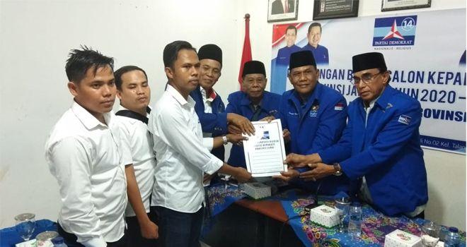 AJB diwakili oleh sejumlah tim pemenangannya yang tergabung dalam AJB Center yang disambut langsung oleh Ketua Tim Penjaringan DPD Demokrat Provinsi Jambi, Saiful Hasibuan.