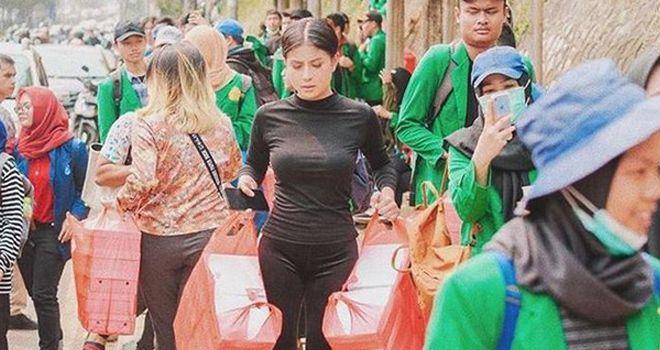 Awkarin saat bagikan makanan kepada pendemo (baju hitam).