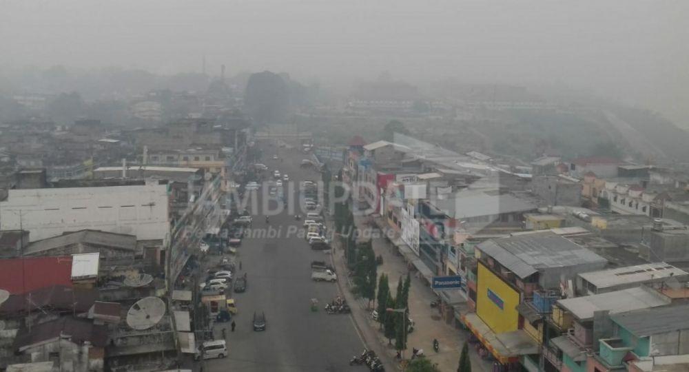 Kabut asap yang menyelimuti Kota Jambi kian pekat, kualitas udara sangat buruk Rabu pagi  (16/10).