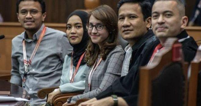 Tsamara Amany (tengah), Faldo Maldini (kiri), Dara Adinda Kesuma Nasution (kedua kiri) bersama kuasa hukumnya Rian Ernest (kanan) dan Kamarudin (kedua kanan) di Gedung MK, Rabu (16/10/2019).