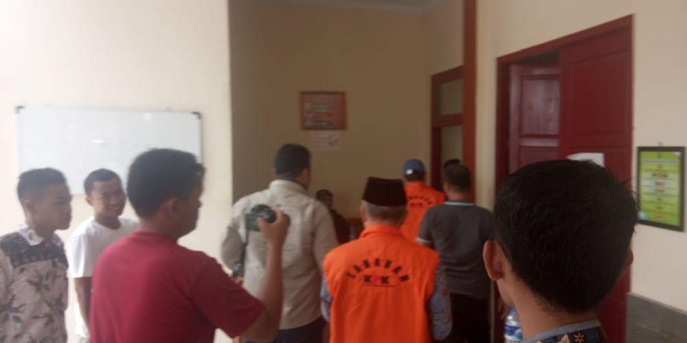 Sufardi Nurzain dan El Helwi saat sampai di Pengadilan Tipikor Jambi.