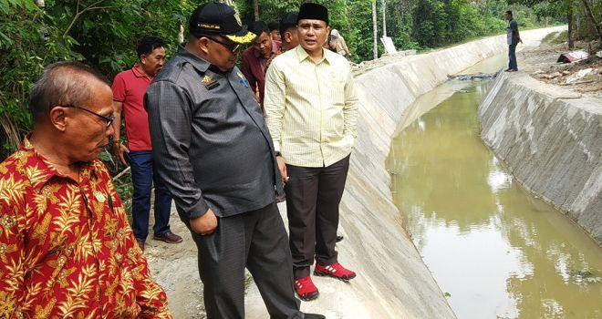Tri Efendi Ketua DPRD dan Komisi III DPRD Kabupaten Merangin melakukan inspeksi mendadak (sidak) ke salah satu proyek irigasi.