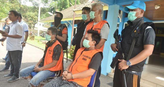 tiga tersangka pengedar sabu yakni Ruzimal (43), Budi Setiawan (32), Rudi Sipahutar (53) yang merupakan oknum aparat Kepolisian Daerah (Polda) Riau saat eksposes di Kantor BNNP Jambi.