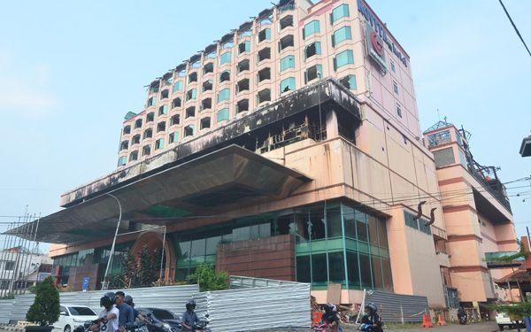 Gedung Novita sudah ditutup pagar seng, kemarin (20/18). Hal itu merupakan persiapan untuk perobohon.