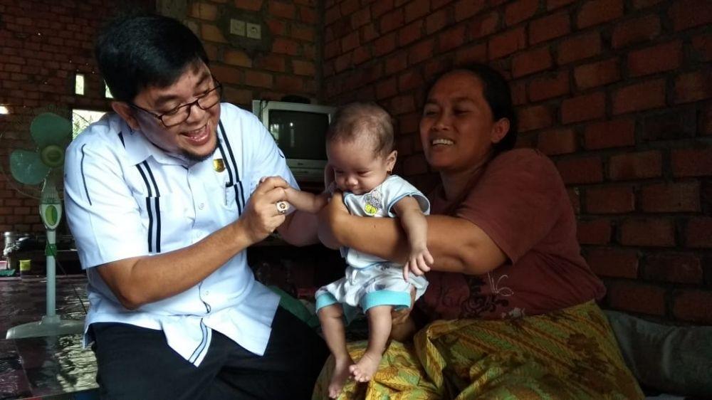 IW Sambangi Kediaman Elisa Bocah 7 Bulan yang Didiagnosa Penyakit Flapfaring dan Atresia Ani.