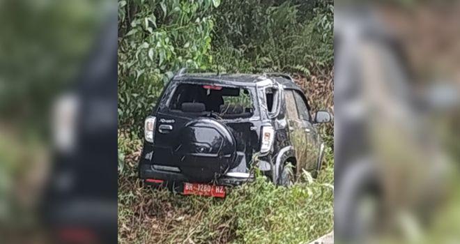 Mobil berplat merah yang ditumpangi istri Kepala Dinas PUPR dan Kepala Satpol PP Provinsi Jambi mengalami kecelakaan tunggal saat perjalanan pulang dari arah Tanjab Timur menuju Kota Jambi (21/10).
