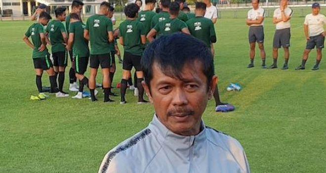 Pelatih Timnas Indonesia U-23 Indra Sjafri saat memimpin sesi latihan timnya.