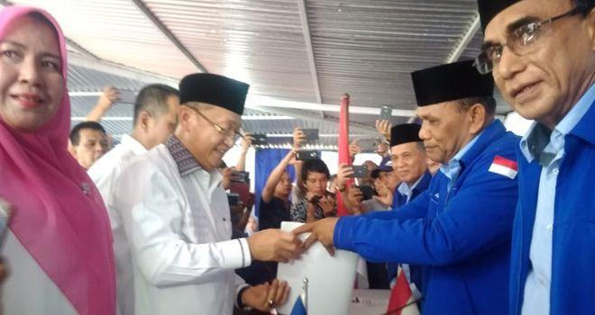 Bupati Sarolangun Cek Endra (CE) juga menyambangi partai Demokrat Jambi untuk mengembalikan formulir penjaringan.