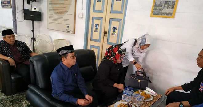 Gubernur Jambi Fachrori Umar (FU), Kandidat pentaha ini datang dengan dampingi tim pemenangan. Ia juga menggandeng istri tercinta, Rahima Fachrori.