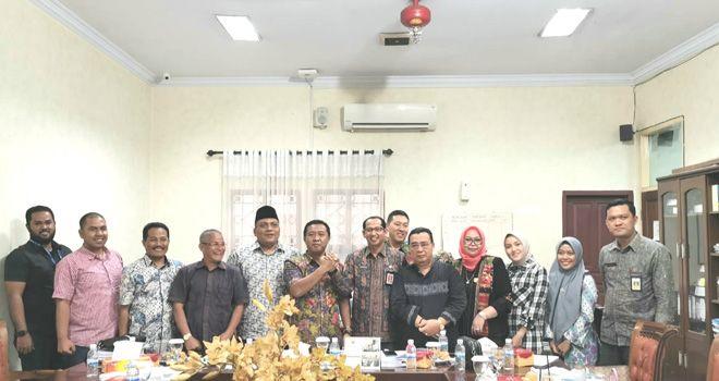 Komisi I DPRD Provinsi Jambi dan Biro Humas Dan Protokol Setda Provinsi Jambi seusai rapat dengar pendapat.