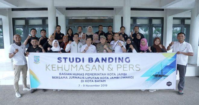 Para juranalis foto bersama Sekda Kota Jambi, Kasat Pol PP dan Kabag Humas Kota Jambi, kemarin (6/11).