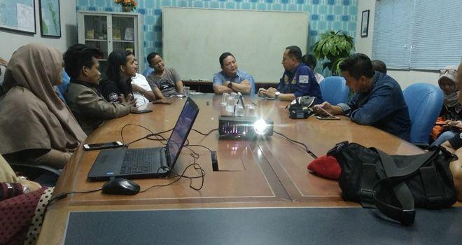 Puluhan wartawan liputan Kota Jambi (IWAKO) dan ASN Bagian Humas Setda Kota Jambi saat mengjunjungi Graha Pena Batam Pos, Kamis (7/11).