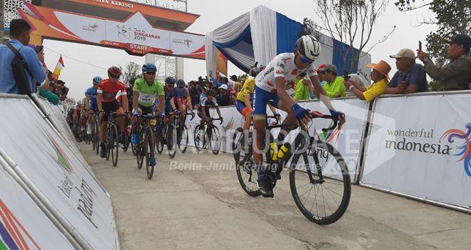Tour de Singkarak (TdS) tahun 2019, etape 7, dengan rute dari air terjun Telun Berasap menuju Danau Kerinci, (08/11) .