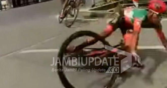 Dua orang peserta balap sepeda Internasional pada event Tour De Singkarak tahun 2019, mengalami kecelakaan.