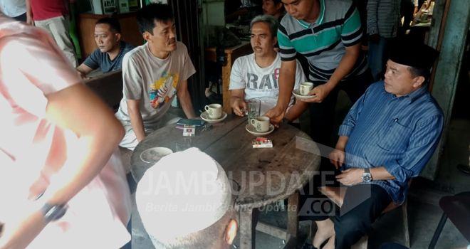 Al Haris pertama kali mengunjungi kedai kopi milik H Mail yang bertempat di Pasar Parit I, Kecamatan Tungkal Ilir, di sana sudah disambut antusias oleh masyarakat yang sudah menunggu.