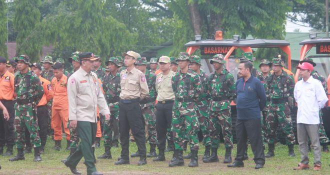 Sekda Provinsi Jambi cek pasukan pada pembubaran Satgasgab Karhutla (11/11).
