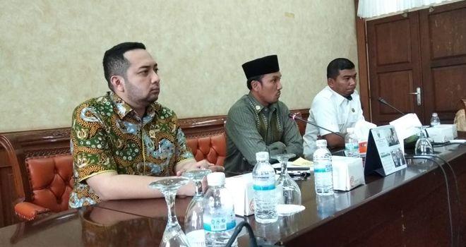Pimpinan DPRD Provinsi Jambi menggelar jumpa pers, Senin (11/11) terkait pembangunan di Provinsi Jambi.