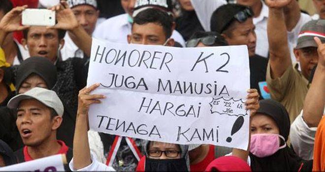 Massa Honorer K2 menggelar aksi damai di depan Istana Merdeka, Jakarta, Selasa (30/10). Mereka menuntut agar di anggkat menjadi PNS.