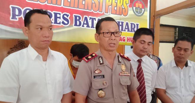 Wakapolres Batanghari Kompol H.Soekamto,SH di dampingi Kasat Reskrim Polres Batanghari IPTU Orivan Irnanda saat press release.