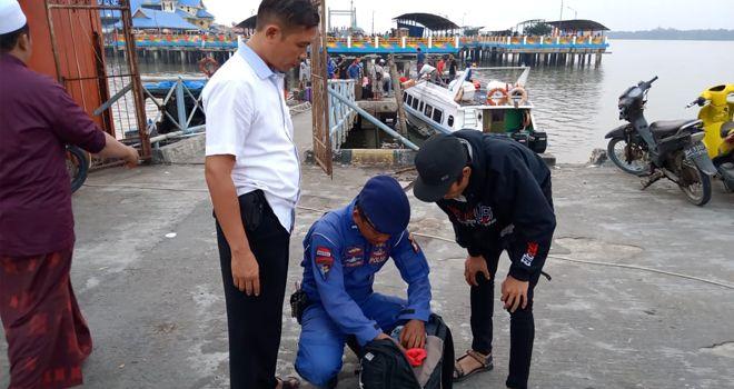 Polisi saat mengamankan Pembawa sabu Dalam Kapal di Kuala Tungkal.