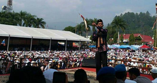 Ribuan Jamaah Rela Panas-panasan Nonton UAS di Lapangan Merdeka.
