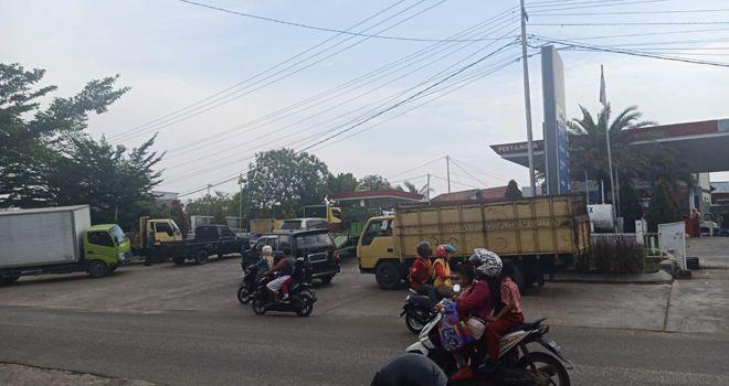 Karena kurang kuota BBM, maka antrean kendaraan di seluruh SPBU di Bungo pun terjadi.