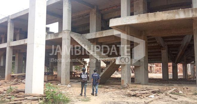 Proyek Gudung Auditorium UIN STS Jambi terlihat hanya dikerjakan kurang dari 50%. Padahal dana sudah dikucurkan 75 persen.