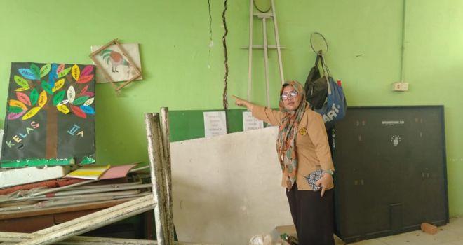 Guru SD 212 Kota Jambi saat melihat kondisi sekolah yang retak.