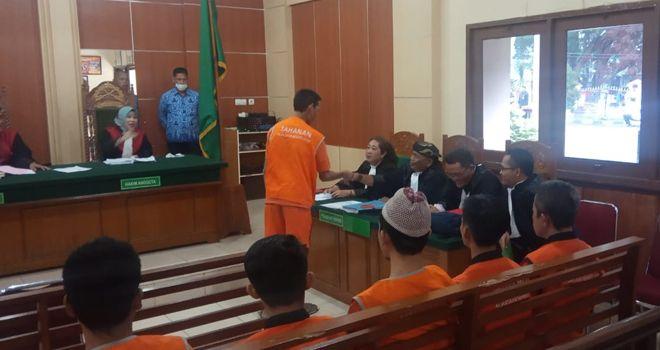 Warga SAD saat menjalani sidang tuntutan di Pengadilan Negeri Jambi (1/11). Empat orang warga SAD dituntut penjara selam 5 bulan