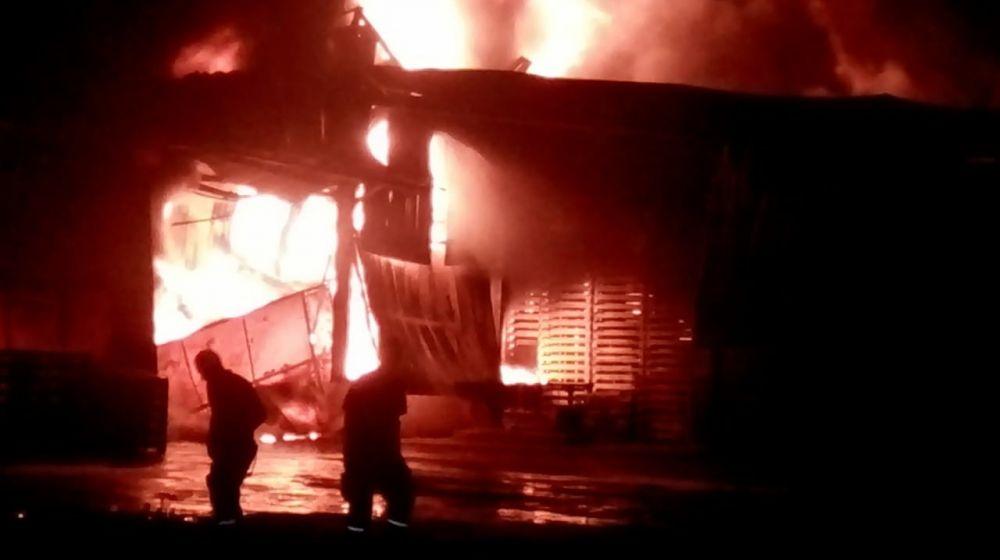 Gudang Karet Milik PT ABP di Batanghari Terbakar.