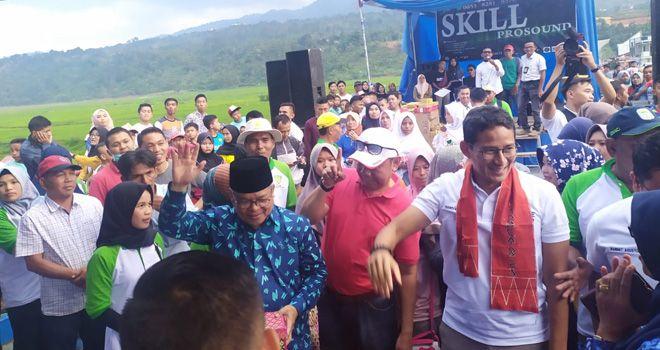 Sandiaga Uno disambut antusias Ribuan warga Kerinci, saat menyerahkan hadiah juara Lomba Lari 10 K yang di selenggarakan oleh Persatuan Atletik Seluruh Indonesia (PASI) Kerinci (18/11).