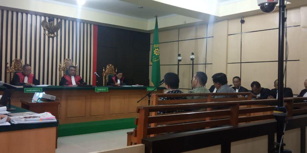 Sidang kasus Suap uang ketok palu RAPBD provinsi Jambi yang beragandakan pembacaan surat dakwaan terhadap ketiga tersangka, yaitu, Zainal Abidin, Muhammadiyah dan Efendi Hatta di pengadilan Tipikor Jambi.