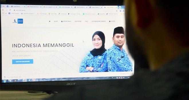 Salah seorang calon peserta CPNS di Jambi saat mengakses website sscn.bkn.go.id sebagai website tempat melakukan pendaftaran CPNS 2019 (20/11).