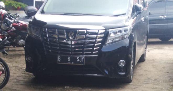 Toyota Alphard warna hitam dengan nomor polisi B 6 SJY saat diamankan di Polresta Jambi kemarin (21/11) setelah sebelumnya sempat hilang di parkiran RS Raden Mataher Jambi.